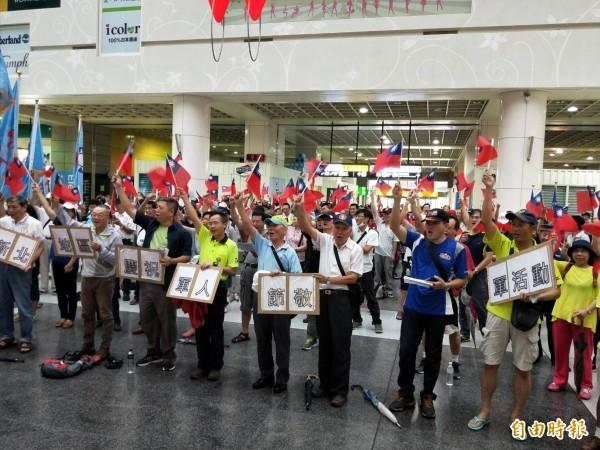 中華民國退伍軍人「八百壯士九三向軍人 致敬」活動,新北市在板橋火車站舉行,現場約有200人出席。(記者何玉華攝)