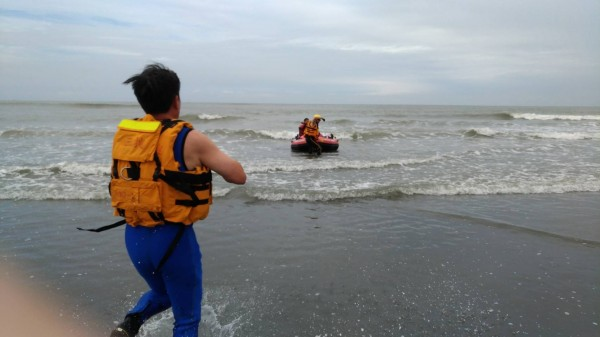 竹圍海水浴場發生落水意外,有5人被浪捲走,一名小男童獲救。(記者陳昀翻攝)