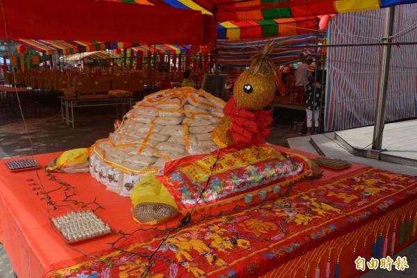 霧峰法揚宮將中元普度和在地香米結合,打造1688台斤的大米龜,今天舉辦「搏米龜」初賽。(記者陳建志攝)