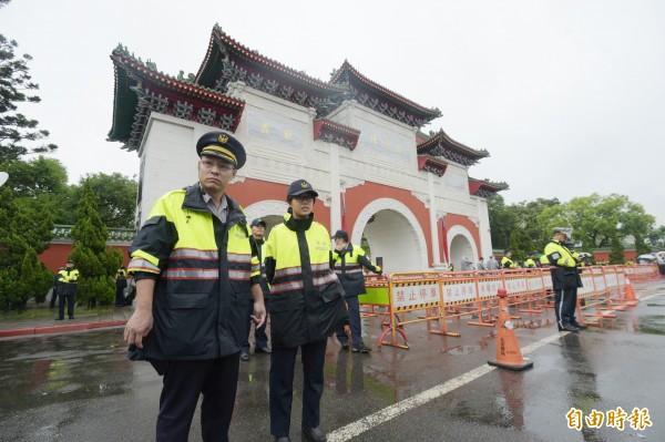蔡英文總統3日出席「106年秋祭忠烈殉職人員典禮」,忠烈祠外警方戒備,防止有民眾抗議。(記者張嘉明攝)