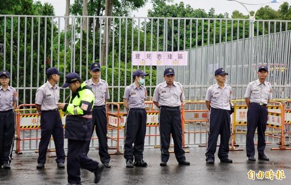 蔡英文總統3日出席「106年秋祭忠烈殉職人員典禮」,忠烈祠外警方以3公尺高柵欄圍起「意見表達區」,引發議論。(記者張嘉明攝)