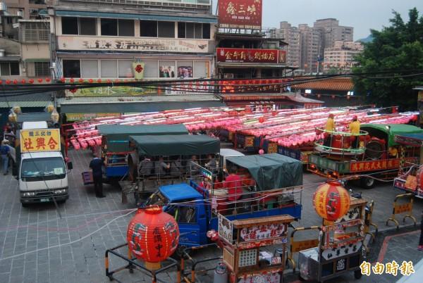 三峽祖師廟舉辦中元節年度盛事,3座水燈排與樂隊一同遊街遶境,招引孤魂品嘗祭品。(記者張安蕎攝)