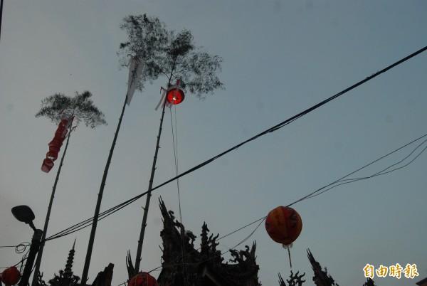 三峽祖師廟豎燈篙邀請好兄弟品嘗祭品。(記者張安蕎攝)