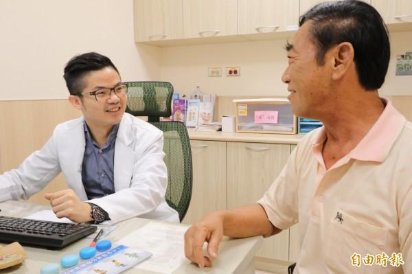 亞大醫院男性性功能中心主任邱鴻傑(左)提醒,男性有性功能問題要尋求專業醫師協助,亂服坊間壯陽藥不但無效還傷身。(記者陳建志攝)