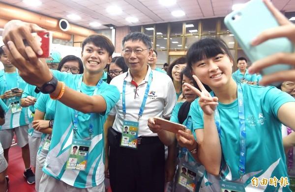 台北市長柯文哲日前與2017世大運工作人員、志工開心玩自拍。(資料照,記者廖振輝攝)