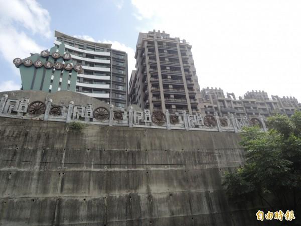 對照頭前溪大橋下的髒亂點上方、興隆路上的高級社區大樓,實在諷刺。(記者廖雪茹攝)