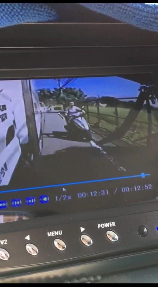 貨車行車記錄器拍下李男機車並行的影像。(記者余衡翻攝)