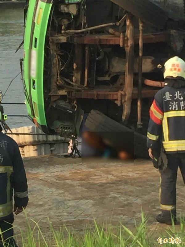 銘鴻河海工程公司在大直橋下溺斃後7天,負責人翁偉達也在同地點遭翻覆的吊車壓死。(資料照,記者劉慶侯翻攝)