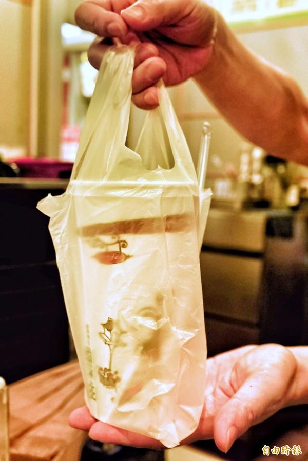 飲料外送用塑膠袋裝,明年元旦起也要收費。(資料照,記者鹿俊為攝)