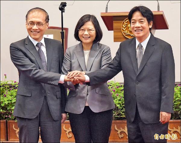 總統蔡英文(中)昨親自召開記者會,宣布新閣揆由台南市長賴清德(右)接任,行政院長林全(左)也出席,展現新舊內閣的溝通和交接,沒有任何問題。(記者黃耀徵攝)