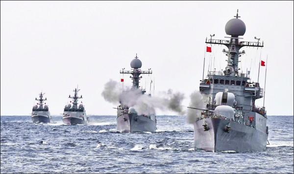 南韓海軍五日在日本海舉行大型實彈演習,出動兩千五百噸級的新一代巡防艦「江原號」、一千噸級巡邏艦、四百噸級飛彈快艇、潛艦等艦艇,展示海上防衛能力。(路透)