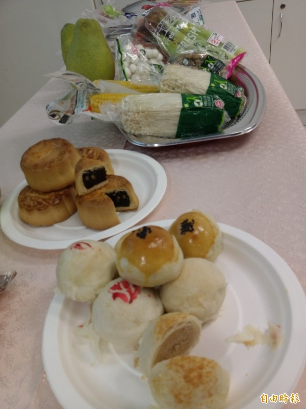 再1個月中秋節就到了,許多家庭已經開始挑選中秋節禮品,食藥署宣布啟動中秋節食品稽查專案。(記者吳亮儀攝)