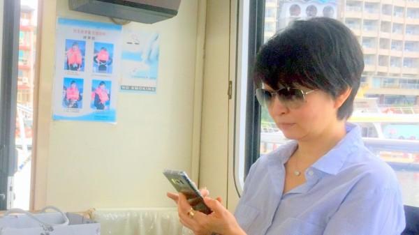 昔日玉女歌手楊林,搭船在日月潭遊湖時,雖然戴墨鏡保持低調,但仍被眼尖的民眾認出來。(記者謝介裕翻攝)