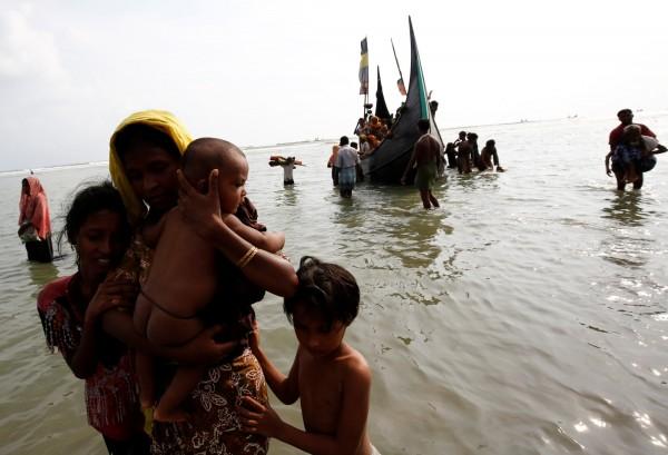 羅興亞人由於擔心受緬甸政府迫害,短短2週內已有12萬人逃往孟加拉。(路透)