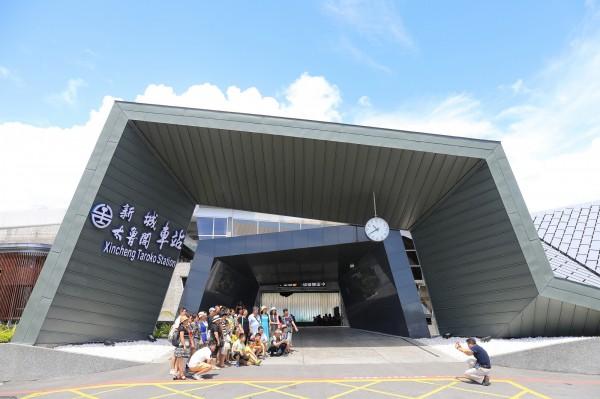 以稜線造型象徵太魯閣峽谷的新城車站,充滿現代感,吸引遊客拍照合影。(吳東峻攝)