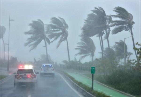 五級颶風艾瑪六日猛襲加勒比海地區,最大持續風速每小時三百公里。圖為波多黎各首府聖胡安的狂風暴雨。(路透)