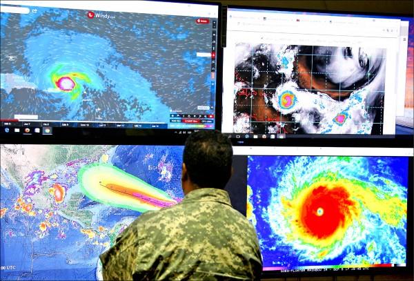 多明尼加緊急行動委員會(COE)成員五日監控艾瑪動態。(路透)