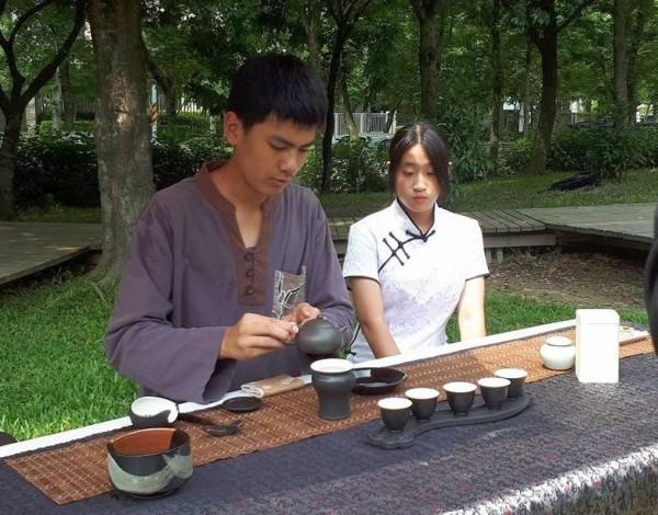 新竹縣峨眉國中教學結合在地茶產業,培養學生成為「小茶人」、「小茶師」,獲教育部教學卓越獎。(圖由校長陳姿利提供)