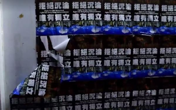 香港中文大學的民主牆上「香港獨立」標語遭一名中國女子撕毀。(圖擷取自SocREC社會記錄頻道)