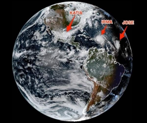 大西洋上目前有3個颶風同時存在,其中包括將於週末侵襲美國佛州的史上最強颶風「艾瑪」。(擷取自《商業內幕》)