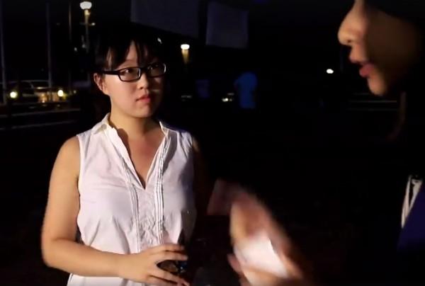 白衣女表示,有人張貼海報,她就有權撕毀這些海報。(圖擷取自SocREC社會記錄頻道)