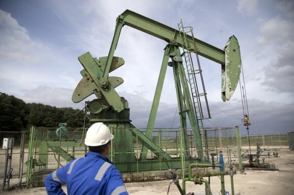 法國政府計畫於2040年前禁止在法國和海外領土禁止生產、勘探石油和天然氣。圖為加拿大的朱紅石油公司在2017年9月6日於巴黎東南部進行石油鑽探。(美聯社)