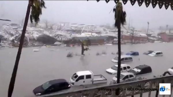 艾瑪颶風橫掃加勒比海島國,道路嚴重淹水。(法新社)