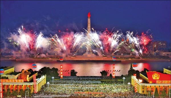 儘管北韓三日核試引發全球譴責,但平壤六日仍舉行大規模慶祝活動,施放煙火、大批民眾集會同慶,數萬人聚集在金日成廣場稱頌參與核試的科學家。(法新社)
