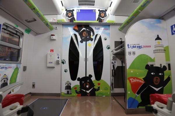 喔熊列車內裝繪有超卡哇伊的喔熊組長。(觀光局提供)