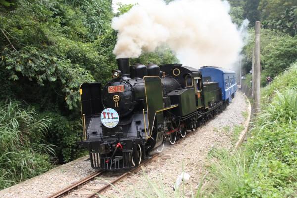 蒸汽火車行駛舊山線情景,恐不復見。(黃文鎮提供)