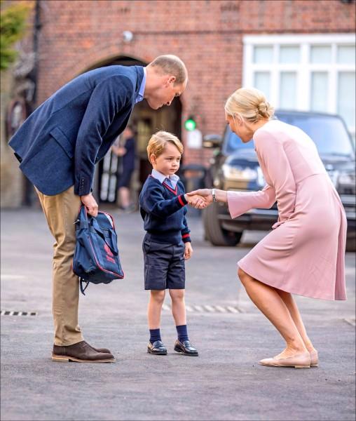 校園初體驗 4歲喬治小王子上學去(法新社)