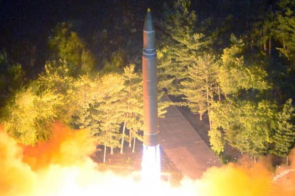 南韓預測,北韓將在週六(9日)再度試射洲際彈道飛彈。圖為北韓火星-14號發射畫面。(法新社)