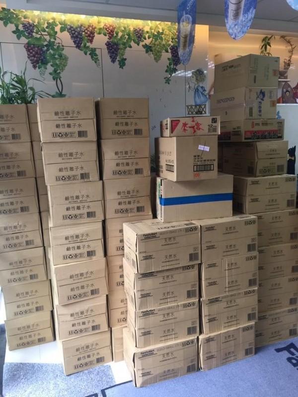 超商店員於店家APP上收到200箱礦泉水訂單,龐大數量令全店裡忙翻,最後卻是惡作劇一場。(圖擷自爆怨公社)