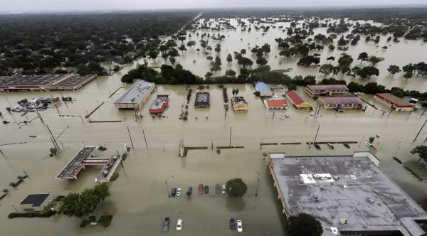 哈維颶風重創美國德州,雨量更讓休士頓地面下降2公分。(美聯社)