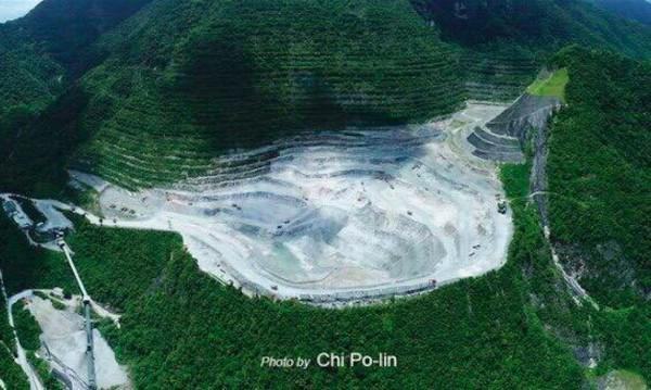 今年6月,已故空拍導演齊柏林飛行經過太魯閣山區時,曾感嘆「亞泥越挖越深」,拍攝畫面相當震撼。(翻攝自臉書)