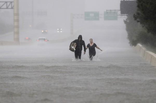 德州在哈維颶風侵襲下,各地都傳出淹水災情。(美聯社)