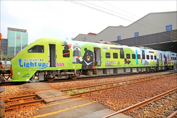 今年首輛喔熊彩繪列車首度曝光,昨在南港車站舉行首航儀式。(觀光局提供)