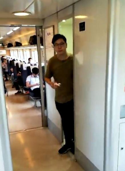 網路上有部影片揭示了奇特的一幕,地點發生在中國高鐵上,只見一對男女一前一後相繼走出廁所,男子先是左右張望後,便拿了紙巾擦了擦嘴角,女子則緊跟在後,迅速步出廁所,在離去後還摸了摸屁股。(圖擷自YouTube ─ Louis Chen)
