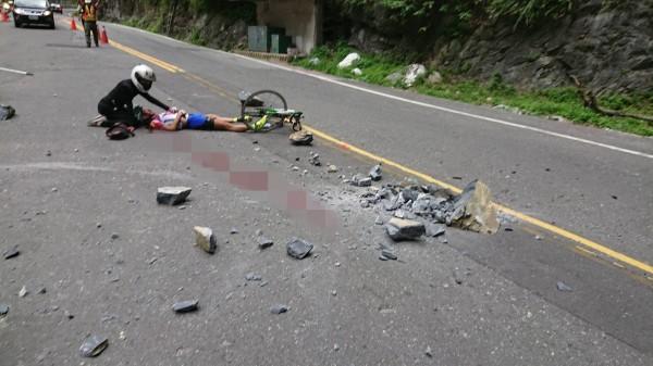 台8線中橫公路174公里、位於慈母橋至九曲洞間下午發生落石意外,35歲日籍單車騎士白井寬之被砸中,當場血流如注,陷入昏迷。(警方提供)