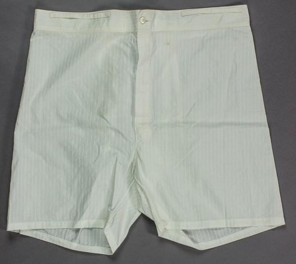 一件超大尺碼的39號四角褲(boxer),其長度有19英吋(48.26公分),腰圍大約是39英吋(99.06公分),它是希特勒1938年4月3至4日時,在奧地利下榻飯店後,所遺留的一件白色四角褲。(圖擷自Alexander Historical Auctions)