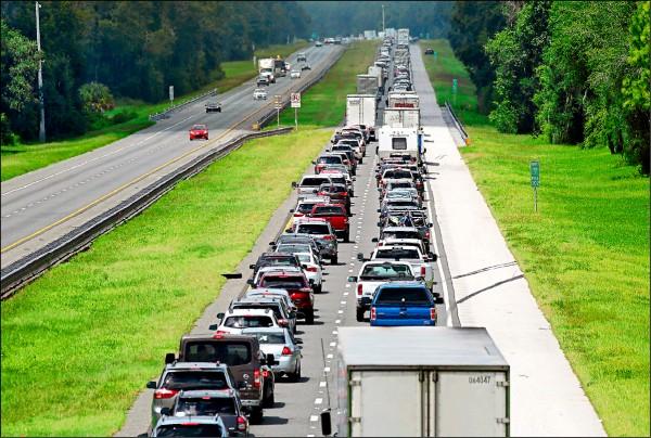 颶風「艾瑪」進逼,佛州居民急忙撤離,懷爾德伍德(Wildwood)市的七十五號州際公路上,北向車道大排長龍,與對向的往南車道形成強烈對比。(美聯社)