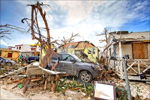 加勒比海島嶼六日紛紛受到超強五級颶風「艾瑪」侵襲,位於該海域的荷屬聖馬丁七日慘重災情且至今尚未復原。(路透)