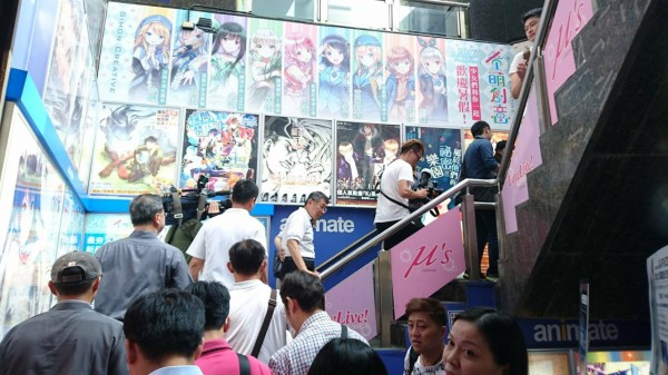 台北市長柯文哲出現在動漫專賣店安利美特,讓網友紛紛好奇他的目的為何。(圖擷自PTT)
