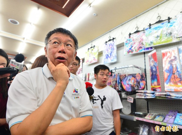 台北市長柯文哲出席「西門享樂祭」,參觀西門町商圈的動漫店。(記者王藝菘攝)