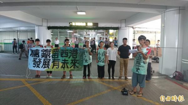 搶救西港糖鐵,西港堀仔頭生態藝術村成員到市府抗議。(記者劉婉君攝)