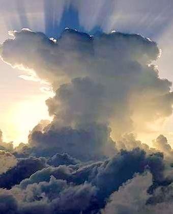 「泰利」颱風來勢洶洶,玉山高山雲層更加變化多端,一度出現核彈蕈狀雲奇景,令人嘖嘖稱奇。(記者謝介裕翻攝)