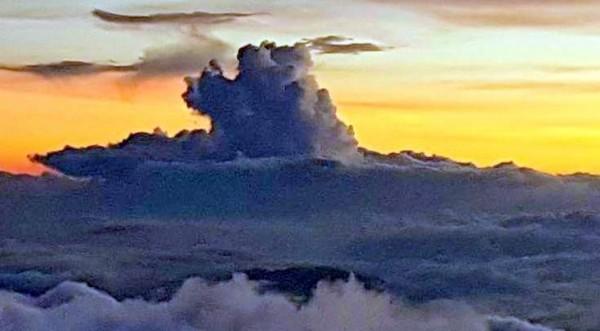 「泰利」颱風來勢洶洶,玉山高山雲層更加變化多端,一度出現如龍捲風般的奇景。(記者謝介裕翻攝)