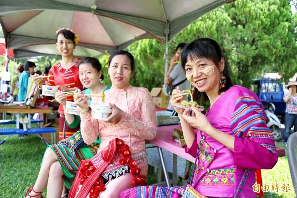 傳自滇緬故鄉的服飾、口音、口味,在里港鄉信國社區中能一覽無遺。 (記者邱芷柔攝)