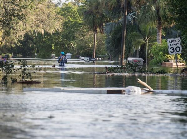 艾瑪颶風肆虐佛州,造成市區淹水。(法新社)