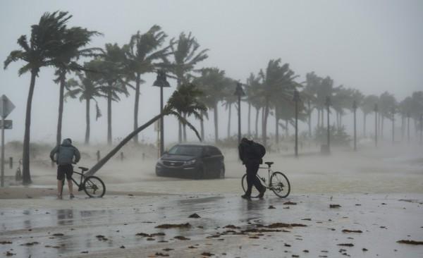 研究機構分析,接連而來的颶風所造成的經濟損失恐超過千億美金。(美聯社)